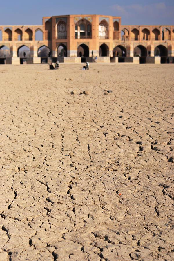 مشکلات معماری ایران - خشک شدن زاینده رود یکی از مشکلاتی اجتماعی مرتبط با معماری ایران است.