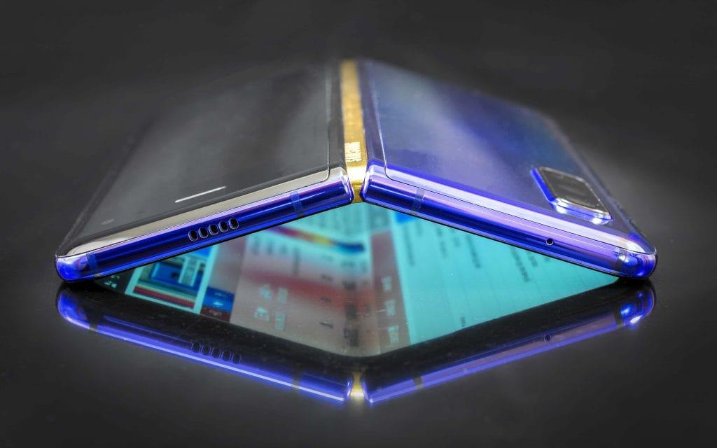 نمایی از قسمت بالایی گوشی هوشمند تاشو گلکسی فولد سامسونگ ( samsung galaxy fold )در حالت باز شده