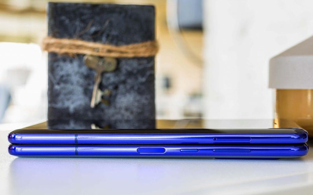 نمایی از قسمت های کناری گوشی هوشمند تاشو گلکسی فولد سامسونگ ( samsung galaxy fold )در حالت باز شده
