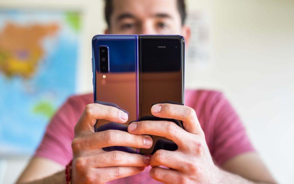 نمایی از پشت گوشی هوشمند تاشو گلکسی فولد سامسونگ ( samsung galaxy fold ) حالت باز شده و در دست