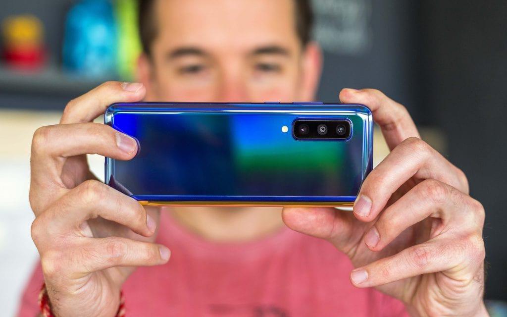 نمایی از پشت گوشی هوشمند تاشو گلکسی فولد سامسونگ ( samsung galaxy fold ) حالت بسته شده در حال عکاسی